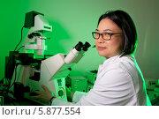 Купить «Женщина-ученый с восточной внешностью сидит перед электронным микроскопом в лаборатории», фото № 5877554, снято 29 сентября 2012 г. (c) Аnna Ivanova / Фотобанк Лори