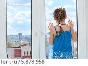 Девочка смотрит на улицу через окно. Стоковое фото, фотограф Кекяляйнен Андрей / Фотобанк Лори