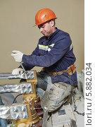 Купить «Работник электростанции за работой», фото № 5882034, снято 29 марта 2014 г. (c) Дмитрий Калиновский / Фотобанк Лори
