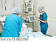 Купить «Женщины-хирурги в палате реанимации», фото № 5882050, снято 25 января 2014 г. (c) Дмитрий Калиновский / Фотобанк Лори