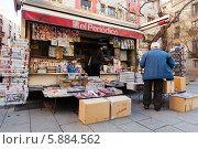 Купить «Открытый киоск с газетами и журналами на улице города Барселоны, Испания», фото № 5884562, снято 22 июля 2018 г. (c) Яков Филимонов / Фотобанк Лори