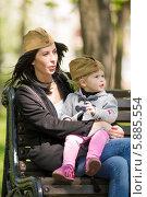 Молодая женщина с дочкой на руках в фронтовых пилотках. Стоковое фото, фотограф Евгений Андреев / Фотобанк Лори