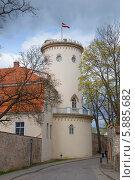 Купить «Башня Нового замка пасмурным вечером. Цесис», фото № 5885682, снято 3 мая 2014 г. (c) Виктор Карасев / Фотобанк Лори