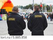 Купить «Два охранника в праздничный день на улице города», эксклюзивное фото № 5885858, снято 9 мая 2014 г. (c) Иван Карпов / Фотобанк Лори