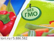 """""""Без ГМО"""". Надпись на упаковке с продуктами (2014 год). Редакционное фото, фотограф Цибаев Алексей / Фотобанк Лори"""