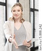 Привлекательная бизнес-леди уверенно протягивает руку для рукопожатия. Стоковое фото, фотограф Syda Productions / Фотобанк Лори