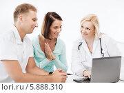 Купить «Муж с женой на приеме у врача смотрят на экран ноутбука», фото № 5888310, снято 6 июля 2013 г. (c) Syda Productions / Фотобанк Лори