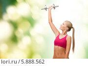 Купить «Физические упражнения с гантелью. Девушка подняла руку вверх», фото № 5888562, снято 23 марта 2013 г. (c) Syda Productions / Фотобанк Лори