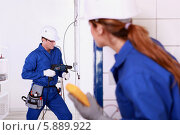 Купить «команда электриков на работе», фото № 5889922, снято 5 ноября 2010 г. (c) Phovoir Images / Фотобанк Лори