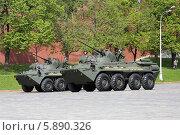 Два бронетранспортера БТР-82А у стены Московского Кремля (2014 год). Редакционное фото, фотограф Алексей Гусев / Фотобанк Лори