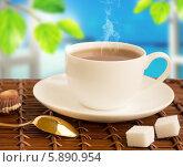 Чашка горячего кофе и сахар-рафинад на бамбуковой салфетке у окна. Стоковое фото, фотограф Елена Медведева / Фотобанк Лори