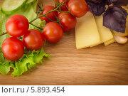 Сыр, томаты черри и базилик. Стоковое фото, фотограф Елена Медведева / Фотобанк Лори