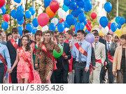 Купить «Выпускники школы с разноцветными воздушными шарами», фото № 5895426, снято 25 июня 2013 г. (c) Вячеслав Зеленин / Фотобанк Лори