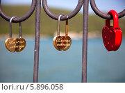 Купить «Замки в форме сердца на мосту влюбленных как символ вечной любви», фото № 5896058, снято 19 октября 2018 г. (c) SummeRain / Фотобанк Лори
