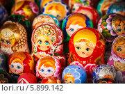 Купить «Русские матрешки на рынке», фото № 5899142, снято 18 августа 2013 г. (c) g.bruev / Фотобанк Лори