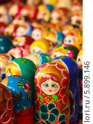Купить «Русские матрешки на рынке», фото № 5899146, снято 18 августа 2013 г. (c) g.bruev / Фотобанк Лори