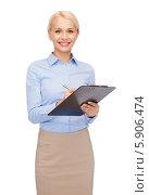 Купить «Молодая бизнес-леди с клипбордом в руках стоит на белом фоне», фото № 5906474, снято 15 апреля 2014 г. (c) Syda Productions / Фотобанк Лори