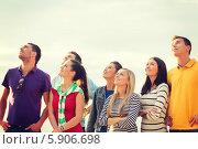 Купить «Группа молодых людей стоит и смотрит вверх», фото № 5906698, снято 31 августа 2013 г. (c) Syda Productions / Фотобанк Лори