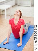 Купить «Девушка в красной футболке дома выполняет упражнение на прогиб спины на коврике для фитнеса», фото № 5906842, снято 19 марта 2014 г. (c) Syda Productions / Фотобанк Лори