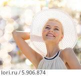 Купить «Красивая девушка в белой шляпе с большими полями на природе», фото № 5906874, снято 19 июня 2013 г. (c) Syda Productions / Фотобанк Лори