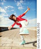 Купить «Красивая девушка делает энергичные движения, танцуя на улице», фото № 5906910, снято 20 июля 2013 г. (c) Syda Productions / Фотобанк Лори