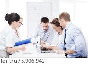 Купить «Деловая встреча сотрудников в офисе», фото № 5906942, снято 9 июня 2013 г. (c) Syda Productions / Фотобанк Лори