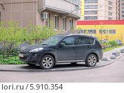 Купить «Неправильная парковка автомобиля на пешеходном тротуаре», фото № 5910354, снято 19 июня 2018 г. (c) Vladimir Sviridenko / Фотобанк Лори