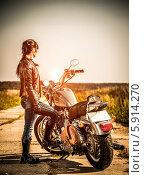 Купить «Девушка байкер стоит возле мотоцикла Harley-Davidson», фото № 5914270, снято 7 июля 2013 г. (c) Андрей Армягов / Фотобанк Лори