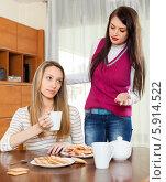 Купить «Девушки ссорятся во время чаепития», фото № 5914522, снято 7 марта 2014 г. (c) Яков Филимонов / Фотобанк Лори