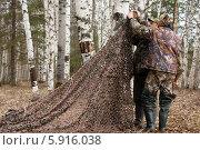 Купить «Охотники вешают маскировочную сеть», фото № 5916038, снято 4 мая 2014 г. (c) Павел Родимов / Фотобанк Лори