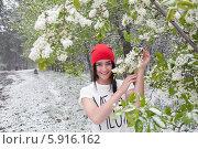 Купить «Девушка в цветущем саду радуется снегопаду», фото № 5916162, снято 19 мая 2014 г. (c) Момотюк Сергей / Фотобанк Лори