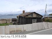 Купить «Старый деревянный домик с покосившимся забором на острове Русский, Владивосток», эксклюзивное фото № 5919658, снято 16 мая 2014 г. (c) Алексей Гусев / Фотобанк Лори