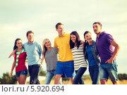 Купить «Летний отдых. Веселые друзья идут по пляжу», фото № 5920694, снято 31 августа 2013 г. (c) Syda Productions / Фотобанк Лори