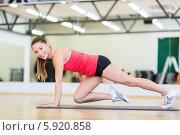 Купить «Молодая привлекательная женщина занимается фитнесом в спортивном зале», фото № 5920858, снято 28 сентября 2013 г. (c) Syda Productions / Фотобанк Лори