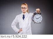 Купить «Женщина врач с большим будильником в руке», фото № 5924222, снято 20 декабря 2013 г. (c) Elnur / Фотобанк Лори