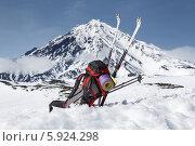 Купить «Рюкзак, лыжи, палки и каремат лежат на снегу, на фоне вулкана», фото № 5924298, снято 26 апреля 2014 г. (c) А. А. Пирагис / Фотобанк Лори