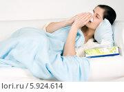 Купить «Девушка с симптомами ОРВИ лежит в постели и чихает в носовой паток», фото № 5924614, снято 26 марта 2019 г. (c) BE&W Photo / Фотобанк Лори
