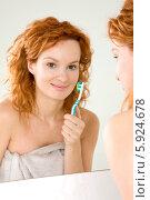 Купить «Очаровательная девушка с рыжими волосами чистит зубы перед зеркалом», фото № 5924678, снято 12 ноября 2019 г. (c) BE&W Photo / Фотобанк Лори