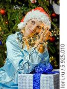 Купить «Блондинка в пижаме и елочной гирлянде мечтает под новогодней елкой», фото № 5925010, снято 18 ноября 2018 г. (c) BE&W Photo / Фотобанк Лори