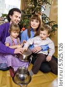 Купить «Веселое семейство под новогодней елкой играет на кастрюлях», фото № 5925126, снято 5 июля 2020 г. (c) BE&W Photo / Фотобанк Лори