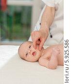 Купить «Неонатолог проверяет поисковый рефлекс у новорожденного ребенка», фото № 5925586, снято 19 марта 2019 г. (c) BE&W Photo / Фотобанк Лори