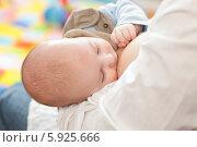 Купить «Малыш сосет материнскую грудь», фото № 5925666, снято 21 января 2020 г. (c) BE&W Photo / Фотобанк Лори
