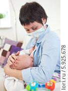 Купить «Заболевшая мама кормит малыша грудью, надев защитную маску», фото № 5925678, снято 21 ноября 2019 г. (c) BE&W Photo / Фотобанк Лори