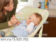Мама уговаривает капризного ребенка принять лекарство. Редакционное фото, агентство BE&W Photo / Фотобанк Лори