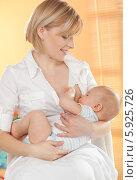 Купить «Мама кормит малыша грудью», фото № 5925726, снято 21 ноября 2019 г. (c) BE&W Photo / Фотобанк Лори