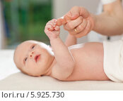 Купить «Неонатолог проверяет хватательный рефлекс у новорожденного ребенка», фото № 5925730, снято 20 марта 2019 г. (c) BE&W Photo / Фотобанк Лори