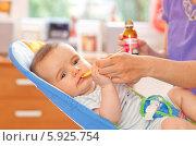 Купить «Мама дает ребенку лекарство в мерной ложке», фото № 5925754, снято 23 марта 2019 г. (c) BE&W Photo / Фотобанк Лори
