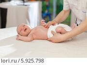 Купить «Неонатолог осматривает новорожденного малыша», фото № 5925798, снято 20 марта 2019 г. (c) BE&W Photo / Фотобанк Лори