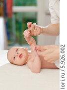 Купить «Неонатолог проверяет хватательный рефлекс у новорожденного ребенка», фото № 5926002, снято 19 марта 2019 г. (c) BE&W Photo / Фотобанк Лори