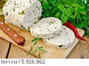 Купить «Сыр самодельный с острым перцем и розмарином на доске», фото № 5926862, снято 29 августа 2013 г. (c) Резеда Костылева / Фотобанк Лори